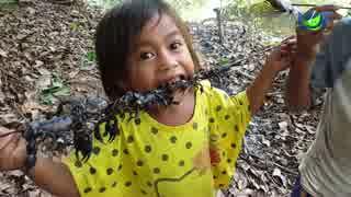 カンボジアの子供たちのおやつ「サソリの串焼き」
