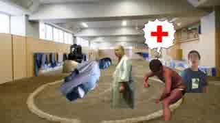 相撲部員を助けるために土俵にあがろうと