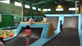 トランポリンパーク:ブルー子ども用で遊