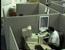 監視カメラが捕らえた衝撃映像、男が何故かキレまくる