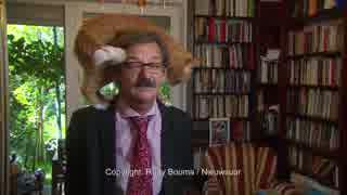 政治のインタビュー中に猫が頭に乗っかる