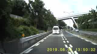 道路の真ん中で往来を妨害する親子