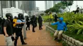 香港警察が歩けない外国人に催涙スプレーをかけ続ける