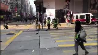 【香港】警察がデモ隊に向け実弾を発砲、1人が重体【閲覧注意】