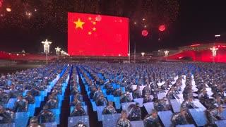国慶節の夜、パフォーマンスと花火で新中国成立70周年を祝う