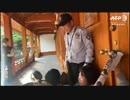 親北韓国大学生17人が米大使公邸に侵入し「ハリスはこの地を去れ」横断幕示す
