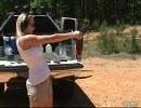 拳銃・銃弾ごとの反動の違いを紹介するお姉さん