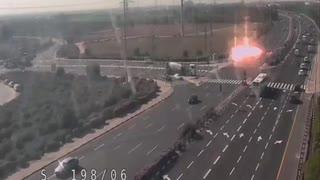 イスラエルの高速道路にロケット弾が着弾する瞬間を監視カメラが捉える