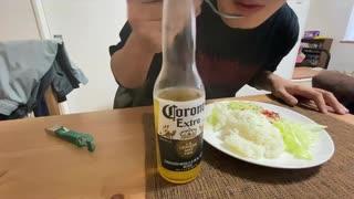 自分を大蛇丸と信じて止まない一般男性が、自作のタコライスとビールで優勝する動画です。