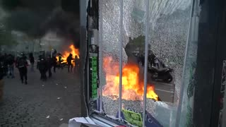 黄色いベスト発生から1年...パリではデモ隊に紛れた暴徒と警官隊が衝突w