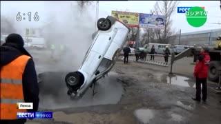 暖房用熱湯配管の破損で駐車場に穴が...車が転落し人間が茹であがる