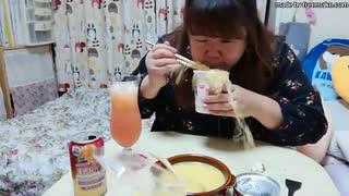 【ニートデブ】晩御飯に口笛吹いて、麺を