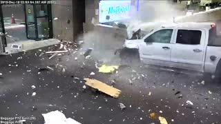 サラソタ-ブラデントン国際空港のレンタカーカウンターに暴走車が激突.