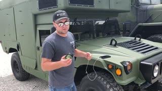 NATOの軍用車両でスマホを充電する方法