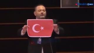欧州議会でトルコ国旗を裂くギリシャ議員