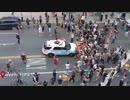 NY市警のパトカーが群衆に...火に油を注ぐ