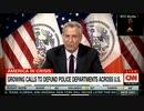 NY市長が警察予算10億ドル削減求め議会で採決...デモ隊と警察庁舎前で衝突