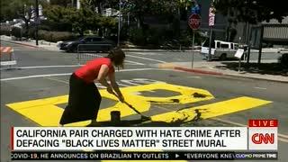 公共の道路に書かれたBLMの黄文字に黒ペン