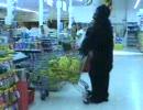ゴリラがスーパーでバナナを買っていました