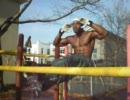 ゲットーの黒人が公園の器具で筋トレする