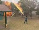アメリカの少年2人が、裏庭で戦争を始めたようです。