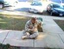 アフガニスタンの戦地から帰宅した飼い主に大喜びする犬