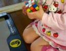 4歳の女の子がルービックキューブの6面に挑戦