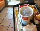 マクドナルドでハンバーガーを買って速攻ゴミ箱に捨てるキチ○イの動画